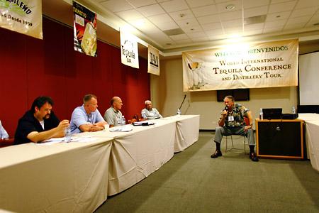 Miles habla con los asistentes durante la 2009 World International Tequila Conference and Distillery Tour en Guadalajara, México.