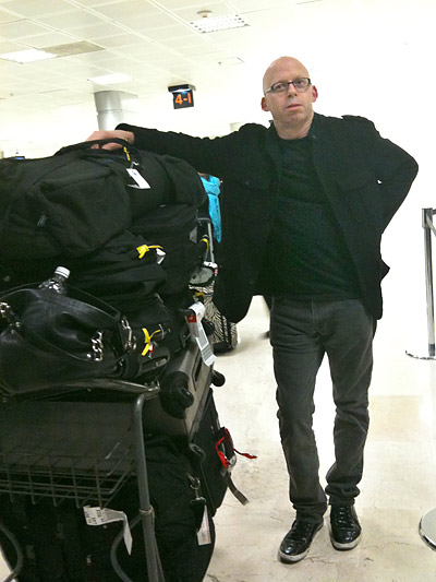 Grover, y nuestro equipaje, en el aeropuerto de Guadalajara.