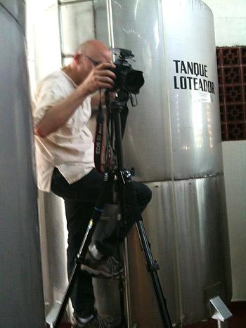 Como puede ver en esta imagen, Grover se tomó en serio su trabajo, subiendo por el costado de un tanque de destilación para obtener el ángulo correcto.